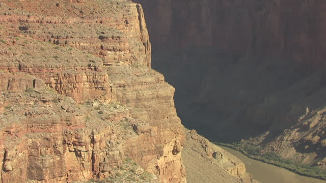 stockvideo's en b-roll-footage met ms aerial rocky sides of canyon to tourist rafts in colorado river at zuni point corridor in grand canyon south rim / arizona, united states - zuni