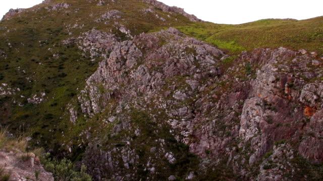 vídeos y material grabado en eventos de stock de ms rocky valley and grey cloudy sky / mont rochelle nature reserve/ franschhoek/ western cape/ south africa - cabo winelands