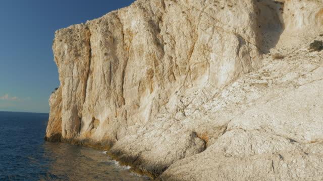 日差しの中で空中の岩の多い白い海岸線 - ツレス点の映像素材/bロール