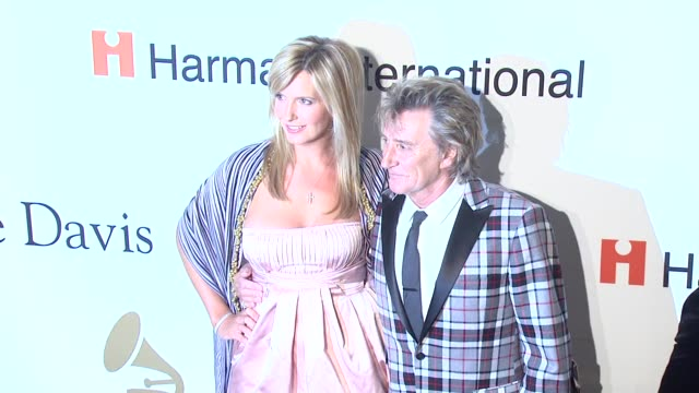 rod stewart and penny lancaster-stewart at the pre-grammy gala & salute to industry icons with clive davis at los angeles ca. - バリー・マニロウ点の映像素材/bロール