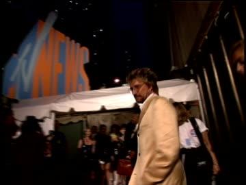 rod stewart on the 1995 mtv mtv video music awardss red carpet. - rod stewart stock-videos und b-roll-filmmaterial