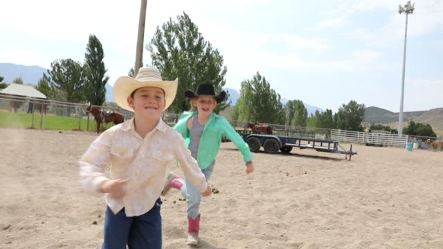 stockvideo's en b-roll-footage met rodeo kinderen lopen in arena - cowboyhoed
