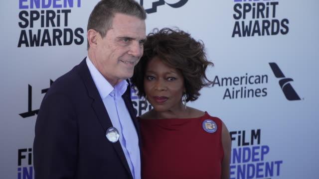 roderick spencer, alfre woodard at the 2020 film independent spirit awards on february 08, 2020 in santa monica, california. - アルフレ・ウッダード点の映像素材/bロール