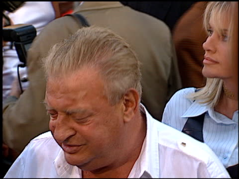 stockvideo's en b-roll-footage met rodney dangerfield at the 'cable guy' premiere at grauman's chinese theatre in hollywood, california on june 10, 1996. - mann theaters