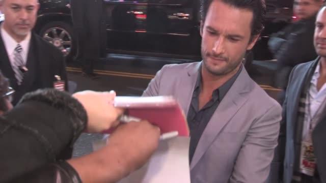 vídeos y material grabado en eventos de stock de rodrigo santoro greets fans at the last stand premiere in hollywood 01/14/13 - el último desafío