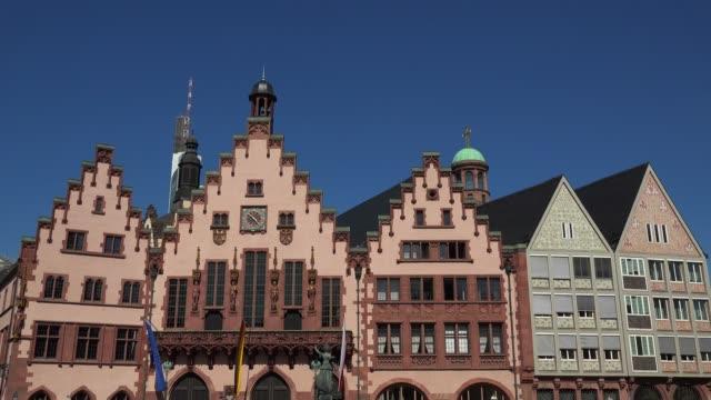 stockvideo's en b-roll-footage met roemer town hall on roemerberg square, frankfurt am main, hesse, germany - vrouwelijke gestalte