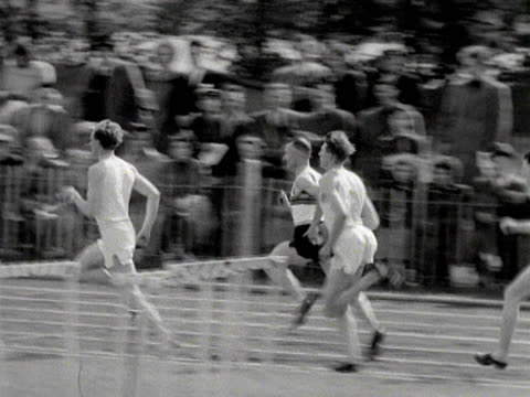 roger bannister competes in a three quarter mile race at wimbledon park 1953 - マイル点の映像素材/bロール