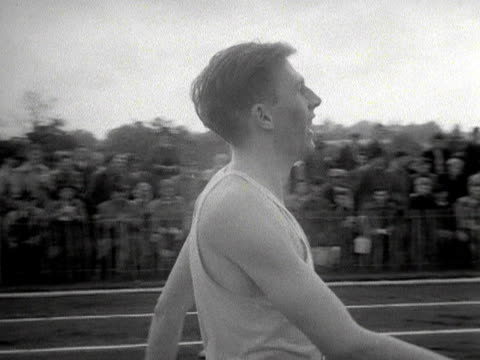 roger bannister congratulates the other contestants after finishing a three quarter mile race at wimbledon park 1953 - マイル点の映像素材/bロール