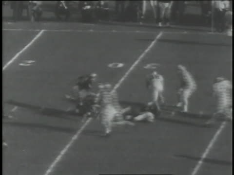 roger staubach completes a pass at an army vs. navy football game. - クオーターバック点の映像素材/bロール