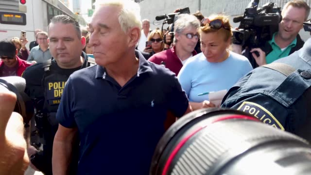 vidéos et rushes de roger stone a former advisor to president donald trump leaves the federal courthouse on january 25 2019 in fort lauderdale florida mr stone was... - précédent