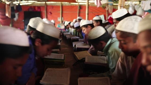 vídeos de stock, filmes e b-roll de rohingya boys attend religious studies at a madrasa in the balukhali camp in cox's bazar bangladesh on february 11, 2019. - madressa