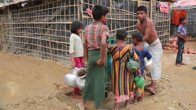 vídeos y material grabado en eventos de stock de cox's bazar bangladesh november 28 rohingya children fled from ongoing military operations in myanmar's rakhine state leading life inside refugee... - estación de bombeo