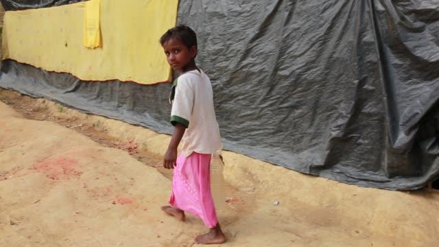 cox's bazar bangladesh november 28 rohingya children fled from ongoing military operations in myanmar's rakhine state leading life inside refugee... - wasserpumpanlage stock-videos und b-roll-filmmaterial