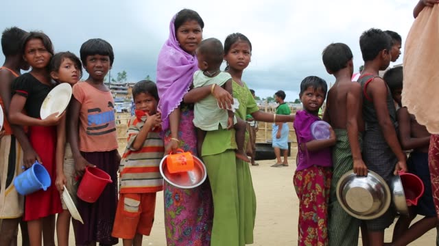 rohingya children wait for food aid near the palongngkhali makeshift camp in teknaff bangladesh on october 06 2017 bangladesh said it would be one of... - hungrig stock-videos und b-roll-filmmaterial