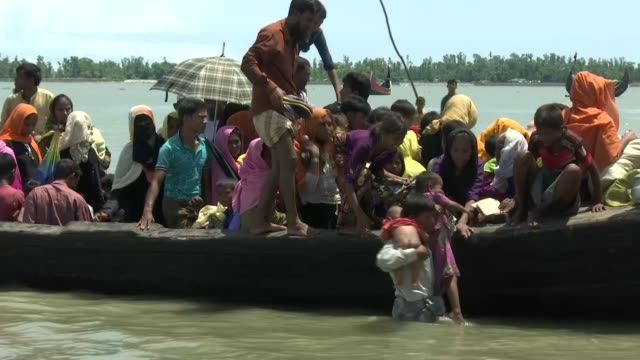 vídeos y material grabado en eventos de stock de rohingya continue to flee as un condemns ethnic cleansing; bangladesh: ext various of view across river into myanmar as clouds of smoke rise into the... - channel 4 news