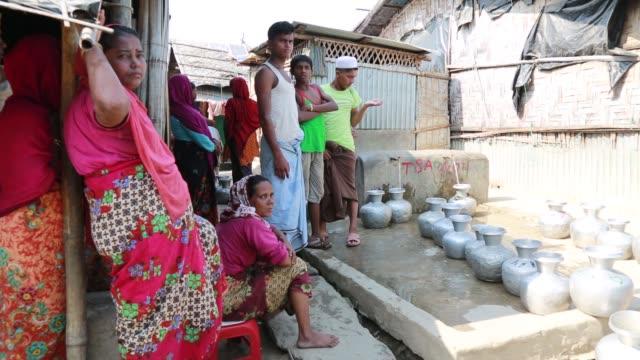 vídeos y material grabado en eventos de stock de cox's bazar bangladesh may 02 rohingya learn arabic inside a school at refugee camp at cox's bazar bangladesh on may 02 2018 violence erupted in... - cultura rohinyá