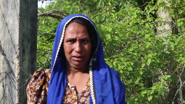 rohingya man telling situation no man's land area at gumdum area in cox's bazar bangladesh on august 28 2017 un refugee agency said more than 3000... - cox's bazar stock videos & royalty-free footage