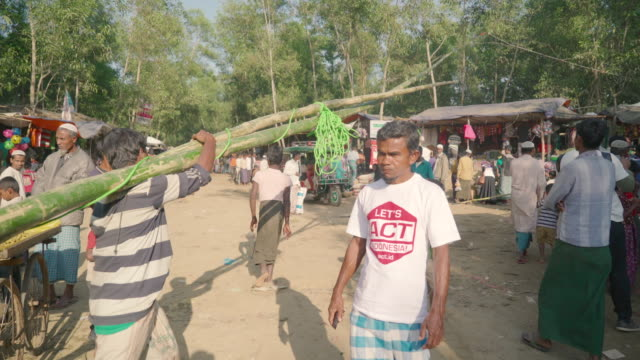 vídeos de stock, filmes e b-roll de rohingya market street in kutupalong refugee camp the shops are mostly set up by local bangladeshi people but also buy local refugees that buy from... - vestimenta religiosa