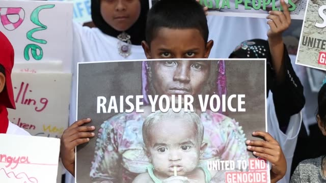 rohingya muslims and activists stage a demonstration on michigan avenue to call for an end to the violence against rohingya muslims by myanmar... - völkermord stock-videos und b-roll-filmmaterial