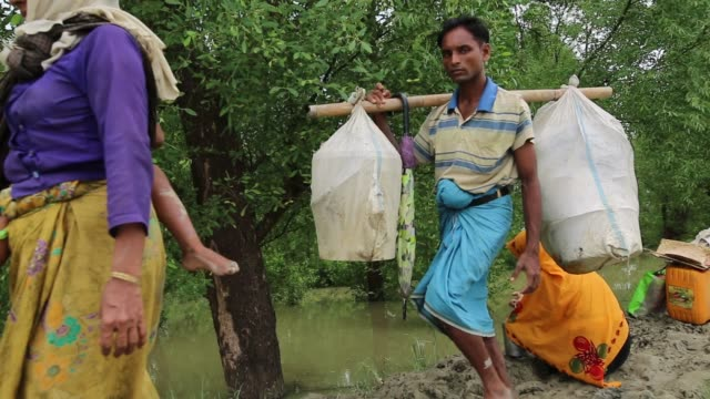 cox'sbazar bangladesh september 26 rohingya muslims fled from ongoing military operations in myanmar's rakhine state cross the maungdaw border of... - ungesund leben stock-videos und b-roll-filmmaterial
