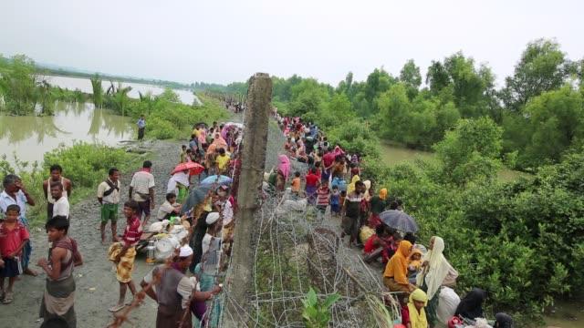 vídeos de stock, filmes e b-roll de cox'sbazar bangladesh september 26 rohingya muslims fled from ongoing military operations in myanmar's rakhine state cross the maungdaw border of... - estilo de vida insalubre