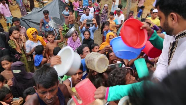 vídeos y material grabado en eventos de stock de cox'sbazar bangladesh september 26 rohingya muslims fled from ongoing military operations in myanmar's rakhine state cross the maungdaw border of... - muerte