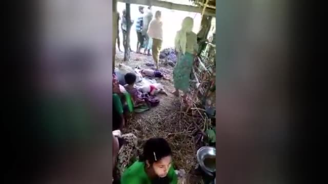 rohingya muslims flee their homes to the border with bangladesh due to ongoing clashes in western myanmar's rakhine state on august 29 2017 deadly... - 高清電視 影像的技術 個影片檔及 b 捲影像