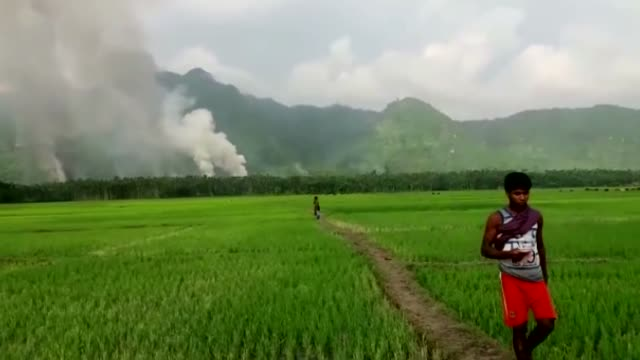 vídeos y material grabado en eventos de stock de rohingya muslims flee their homes to the border with bangladesh due to the ongoing operations conducted by myanmar's security forces in western... - escapar