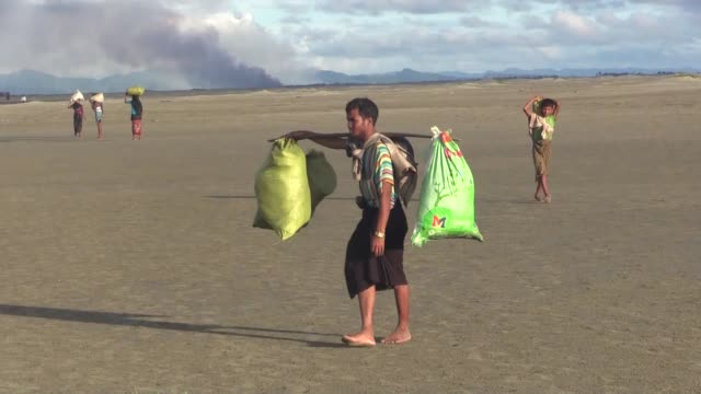 vídeos de stock e filmes b-roll de rohingya muslims who fled their homes in western myanmar's rakhine state due to the ongoing operations conducted by myanmar's security forces arrive... - fugir