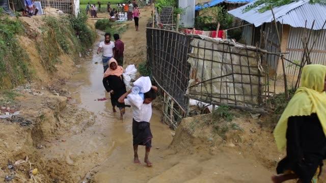 cox's bazar bangladesh october 11 rohingya people carry food aid at balukhali makeshift camp in cox's bazar bangladesh on october 11 2017 bangladesh... - cox's bazar stock videos & royalty-free footage