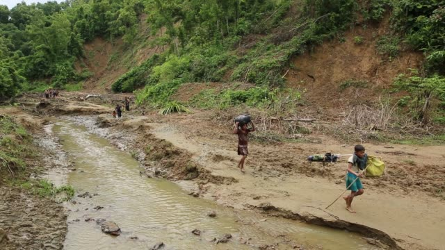 stockvideo's en b-roll-footage met rohingya people fled from ongoing military operation in myanmar rakhain state entered bangladesh walks to go to refugee camp in tknaff in bangladesh... - myanmar