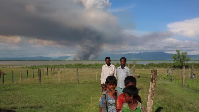vídeos de stock e filmes b-roll de rohingya people fled from ongoing military operation in myanmar rakhain state entered bangladesh walks to go to refugee camp in tknaff in bangladesh... - assassino em massa