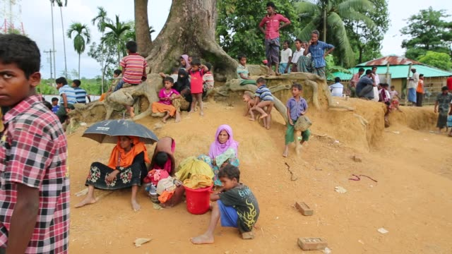 cox's bazar bangladesh september 03 rohingya people fled from ongoing military operation in myanmar rakhain state entered bangladesh walks to go to... - cox basar stock-videos und b-roll-filmmaterial