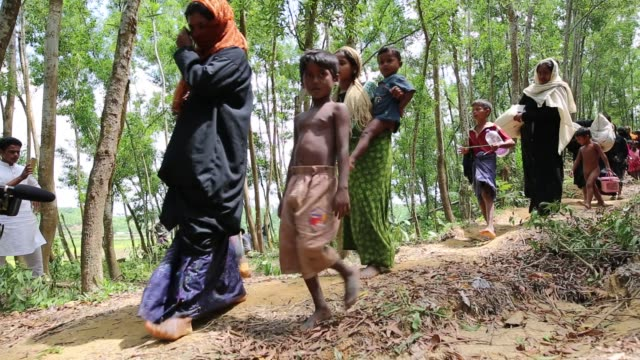 rohingya people fleed from myanmar to bangladesh in gumdum area in cox's bazar bangladesh on august 28 2017 un refugee agency said more than 3000 had... - grief stock videos & royalty-free footage