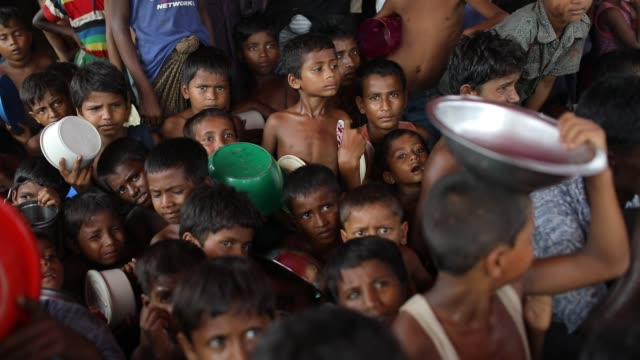 rohingya refugee children waiting in a queue to get aid food at jamtoli rohingya refugee camp in cox's bazar according to unhcr more than 7000... - cox basar stock-videos und b-roll-filmmaterial