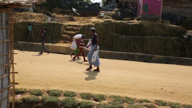 rohingya refugee lifestyle inside a refugee camp in bangladesh - ein tag im leben stock-videos und b-roll-filmmaterial