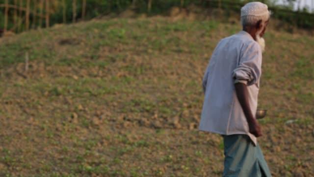 rohingya refugee lifestyle inside a refugee camp in bangladesh - un giorno nella vita video stock e b–roll