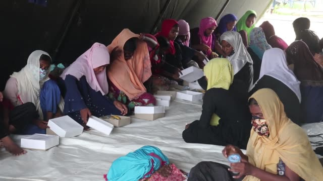 vidéos et rushes de rohingya refugees are being hosted at the work training center in lhokseumawe city, aceh province, on september 08, 2020. a total of 297 rohingya... - émigration et immigration