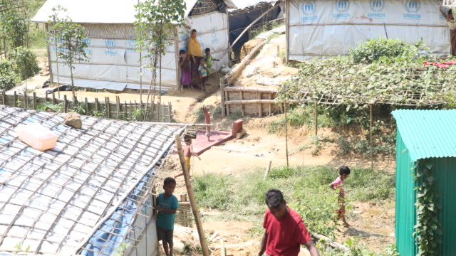 rohingya refugees build a path of bamboo in the refugee camp of the rohingya people near cox's bazar in bangladesh in camp 4 in kutupalong, ukhiya in... - bamboo plant stock-videos und b-roll-filmmaterial