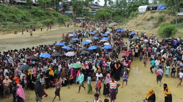 rohingya refugees gather to take aid food at balukhali rohingya refugee camp in teknaf cox's bazar bangladesh according to unhcr more than 7000... - cox basar stock-videos und b-roll-filmmaterial