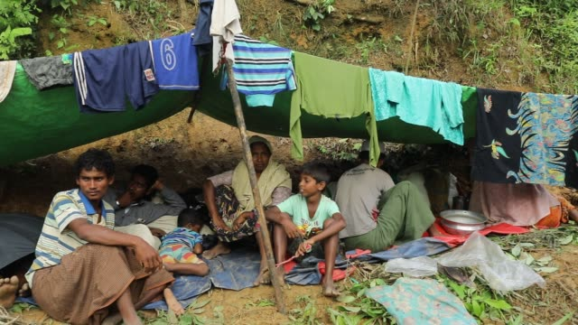 rohingya refugees take shelter in the road side at kutupalong rohingya refugee camp in teknaf cox's bazar bangladesh according to unhcr more than... - cox basar stock-videos und b-roll-filmmaterial