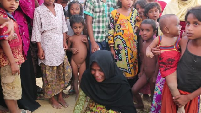 cox's bazar bangladesh october 11 a rohingya women weep as her 60 years old father had died causes of high fever at balukhali makeshift camp in cox's... - cox basar stock-videos und b-roll-filmmaterial
