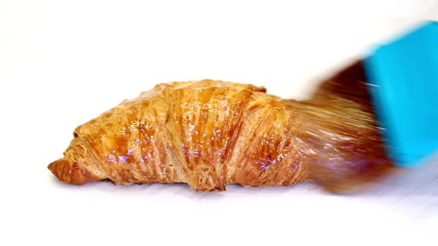 vídeos de stock, filmes e b-roll de сroissants - crocante