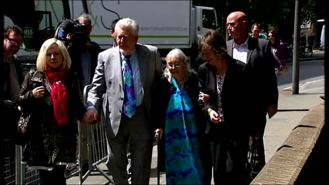 court arrival england london southwark crown court ext rolf harris from car and into court accompanied by his wife alwen and daughter bindi nicholls... - サウスワーク刑事法院点の映像素材/bロール