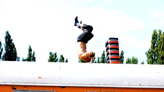 vídeos de stock, filmes e b-roll de rolo para a frente e flexões em cima do trem - cilindro veículo terrestre comercial