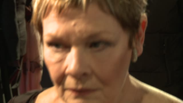 roll interview judi dench at the quantum of solace world premiere at london . - ジュディ・デンチ点の映像素材/bロール