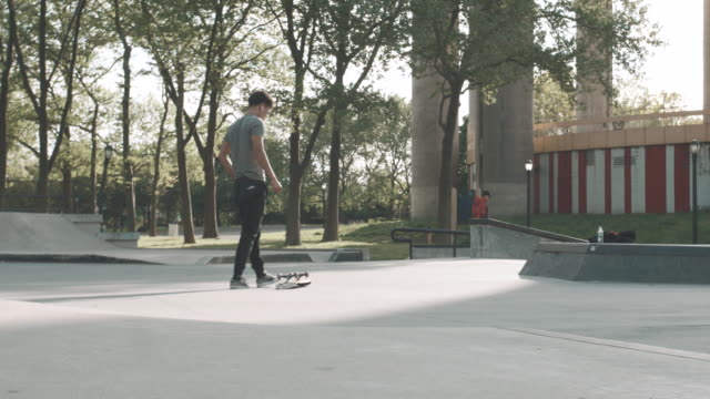 vídeos y material grabado en eventos de stock de b roll of a young man skateboarding at a flushing, queens skatepark - 4k - slow motion - manga corta