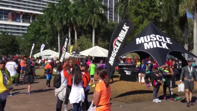 vidéos et rushes de roll of miami marathon charity village. - b roll