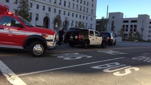 vidéos et rushes de roll of police and emergency vehicles-surrounding man with bat. stand off and arrest of man with bat, downtown los angeles - b roll