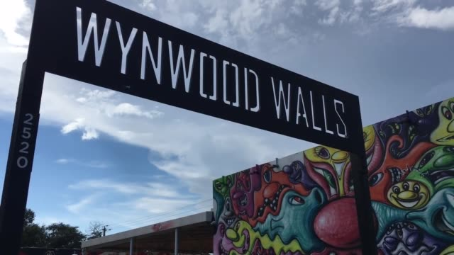 vidéos et rushes de roll of wynwood miami which is now zika free zone. - b roll